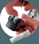 DNA vævsprøven løftes op af øremærketang